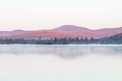 Brume de lac pendant le début de la matinée Image libre de droits