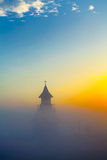 Brume de matin au-dessus de l'église Photographie stock libre de droits