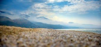 Brume de matin au-dessus de la plage en Albanie photo libre de droits