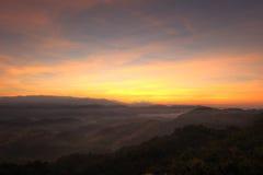 Brume de matin chez Doi Hua Mod, réserve naturelle d'Umphang, Tak Province, Thaïlande du nord-ouest Photographie stock libre de droits