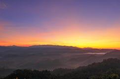 Brume de matin chez Doi Hua Mod, réserve naturelle d'Umphang, Tak Province, Thaïlande du nord-ouest Image stock