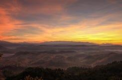 Brume de matin chez Doi Hua Mod, réserve naturelle d'Umphang, Tak Province, Thaïlande du nord-ouest images libres de droits