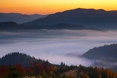 Brume de matin dans la région boisée de montagne Photographie stock libre de droits