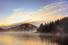 Brume de matin par le lac Photographie stock
