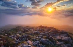 Brume de montagne au lever de soleil avec des nuages Image stock