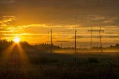 Brume de soirée au-dessus du champ Images stock