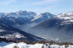 Brume en vallée de montagne (horizontale) Photo stock