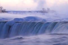 Brume et brouillard aux chutes du Niagara un matin d'hiver Image stock