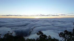 Brume et brouillard de matin se déplaçant lentement du point de vue dans le temps de lever de soleil au dao de Doi Luang Chaing,  banque de vidéos