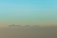 Brume et montagne de matin image libre de droits