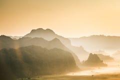 Brume et moutain de matin chez Phu Lang Ka, Phayao, Thaïlande Photos stock
