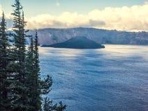 Brume et nuages au lac crater Photo libre de droits