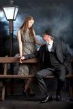 Brume noir de brouillard de banc de lanterne de rue de couples de film Photos stock