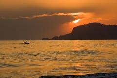 brumeux méditerranéen au-dessus du coucher du soleil de mer Photo libre de droits