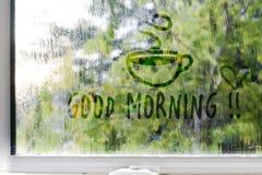 Brumeux, pluvieux, gouttes de pluie sur le fond de fenêtre Photos stock