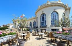 Brummel ist eine elegante Bierstube bei berühmtem Barri bezüglich des Kasinos Deauville in Normandie, Frankreich stockfotografie