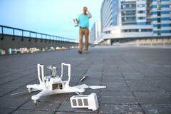 Brummen-Abbruch Gefallenes geschädigtes quadrocopter in der Stadt Stockbilder