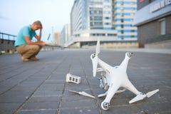 Brummen-Abbruch Gefallenes geschädigtes quadrocopter in der Stadt Stockfotos