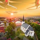 Brummen über gotischer Kirche Stockfotos