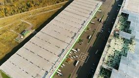 Brummen bewegt sich über große Lager-Gebäude mit Hubschrauber-Landeplatz stock video footage