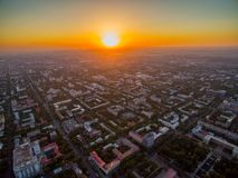 Brummen-Bild über Stadt bei Sonnenuntergang stockbild