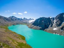 Brummen-Bild vom Mountainsee mit Schnee und Blau Skyfrom Mountainsee mit Schnee und blauem Himmel stockfotografie