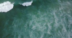 Brummen, das über großen hetzenden Meereswogen und erstaunliche inspirierend Blau- und Grüneseafoam Beschaffenheit auf Wasserober stock footage