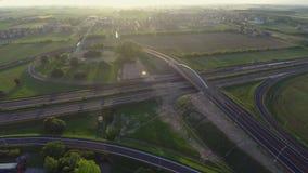 Brummen, das über Landstraße, Kontrolleverkehrsbewegung und mögliche Unfälle fliegt stock video