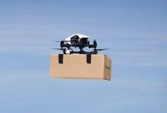 Brummen, das Kastenpaket auf Lieferungsflug liefert Lizenzfreie Stockfotografie