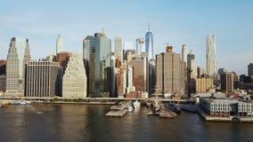 Brummen, das niedrig über den East River und den Pier fliegt Vogelperspektive des beschäftigten Bezirkes Manhattans in New York,  stock footage