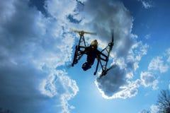 Brummen, das vorbei in einen hellen blauen Himmel fliegt Neue Technologie im aero Fotoschießen Lizenzfreie Stockfotos