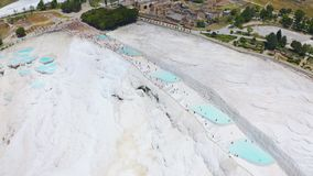 Brummen fliegt ?ber die Travertinterrassen in Schloss Pamukkale oder der Baumwolle Quellpunkte in der T?rkei stock video footage
