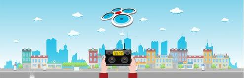 Brummen fliegt über lange Stadt Stockfotografie