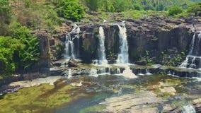 Brummen fliegt von der schäumenden Wasserfall-Spitze über Kaskade, um zu stauen stock footage