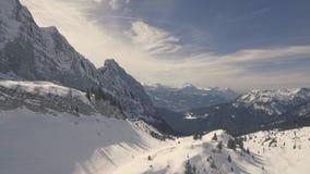 Brummen-Flug über ein Snowy-Bergen stock footage