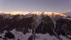 Brummen-Flug über ein Snowy-Bergen Stockfoto