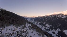 Brummen-Flug über ein Snowy-Bergen Stockfotos