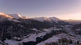 Brummen-Flug über ein Snowy-Bergen Lizenzfreie Stockfotografie