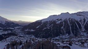 Brummen-Flug über ein Snowy-Bergen Stockfotografie