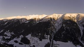 Brummen-Flug über ein Snowy-Bergen Lizenzfreies Stockbild