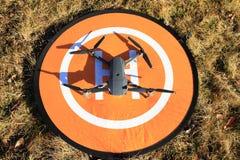 Brummen geparkt auf orange Hubschrauber-Landeplatz Stockfotografie