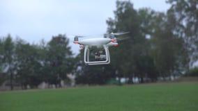 Brummen-Hubschrauber-Landung im Stadion stock video footage