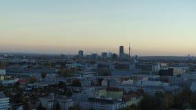 Brummen-Luft-Wien-Skyline bei Sonnenuntergang blaue Stunde der goldenen Stunde stock video footage