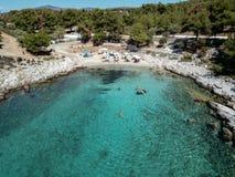 Brummen-Luftfoto eines blaues Wasser-Strandes in der griechischen Insel von lizenzfreies stockfoto