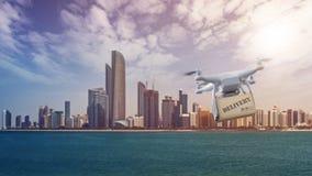 Brummen mit Paketfliegen vor Abu Dhabi Skyline Lizenzfreies Stockfoto