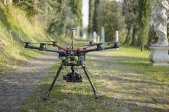 Brummen Quadcopter in der Gasse Stockbilder