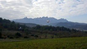 Brummen quadcopter Fliegen an einer großen Landschaft stockfoto