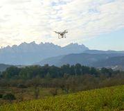 Brummen quadcopter Fliegen an einer Landschaft Stockbild