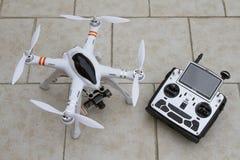 Brummen quadcopter mit Übermittler stockfotografie