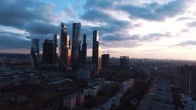 Brummen schoss moderne Gebäude des Geschäftswolkenkratzers bei Sonnenuntergang stock video footage